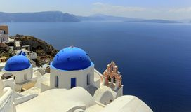 Dômes d'église à Oia, Santorini, Grèce Photos libres de droits