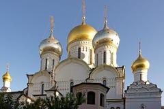 Dômes d'or du couvent de conception à Moscou Photos stock