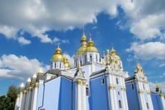 Dômes d'or orthodoxes d'église chrétienne image stock