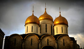 Dômes de cathédrale de Kremlin, Moscou, rayonnement de coucher du soleil image stock