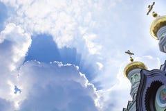 Dômes de l'église contre le ciel Photographie stock