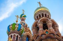 Dômes de l'église du sauveur sur le sang renversé à St Petersburg Photo libre de droits