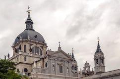 Dômes de la cathédrale d'Almudena Photographie stock