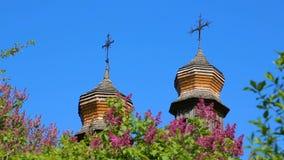 Dômes en bois des églises orthodoxes avec le plan rapproché de croix banque de vidéos