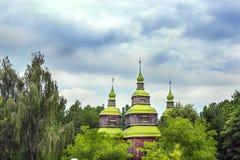 Dômes en bois verts de l'église orthodoxe Images libres de droits