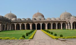 Dômes et archers de Jami Masjid Mandav antique Photo stock