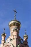 Dômes et croix d'or de l'église orthodoxe Images stock