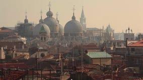 Dômes et toits dans la vue de Venise d'en haut banque de vidéos