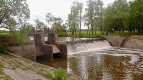 d?mma av floden Vattenfall Stark str?m Flyg- filmande arkivfilmer