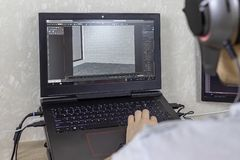 3D modellering op de computer De mens ontwikkelt grafisch ontwerp royalty-vrije stock foto's