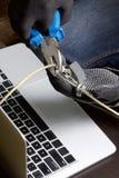 3d monitor komputerowa ilustracyjna ochrona Ochrona dostęp dane Laptop ochrania ochrona kablem i kędziorkiem Napastnik z rękawicz zdjęcie stock