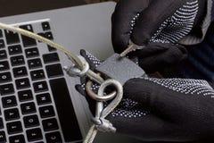 3d monitor komputerowa ilustracyjna ochrona Ochrona dostęp dane Laptop ochrania ochrona kablem i kędziorkiem Napastnik z rękawicz obraz stock