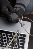 3d monitor komputerowa ilustracyjna ochrona Ochrona dostęp dane Laptop ochrania ochrona kablem i kędziorkiem Napastnik z rękawicz fotografia royalty free