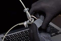 3d monitor komputerowa ilustracyjna ochrona Ochrona dostęp dane Laptop ochrania ochrona kablem i kędziorkiem Napastnik z rękawicz obrazy stock