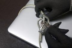 3d monitor komputerowa ilustracyjna ochrona Ochrona dostęp dane Laptop ochrania ochrona kablem i kędziorkiem Napastnik z rękawicz obrazy royalty free