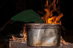 D?ner au terrain de camping bouilloire sur un feu br?lant, le feu, fum?e pr?paration d'un repas en voyage Reste sauvage photographie stock libre de droits