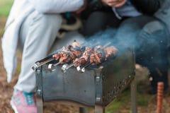 D?ner, barbecue et r?ti de porc la nuit photos stock