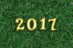 2017 3d objetos reais na grama verde, conceito do ano novo feliz Imagens de Stock Royalty Free