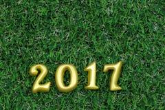 2017 3d objetos reales en hierba verde, concepto de la Feliz Año Nuevo Foto de archivo