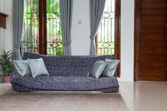 3 d obraz wewnętrzny salon Stara kanapa z poduszkami w pokoju na tle wielcy okno Zdjęcia Stock