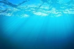 3d odpłaca się podwodnego morze, ocean powierzchnia z lekkimi promieniami, wysoka rozdzielczość Zdjęcie Royalty Free