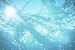 3d odpłaca się podwodnego morze, ocean powierzchnia z lekkimi promieniami, wysoka rozdzielczość Obraz Stock