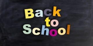 3d odpłaca się Z powrotem szkoła na czarnym chalkboard Royalty Ilustracja