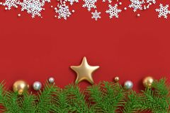 3d odpłacają się dużo złocista boże narodzenie piłki gwiazdy czerwieni podłoga zdjęcie royalty free