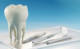 3D odpłacają się ogromny ludzki ząb i stomatologiczni narzędzia na srebnej tacy obrazy stock