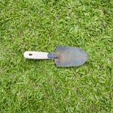 3d ogródu trawy wizerunek odizolowywający łopaty narzędzie Zdjęcie Royalty Free