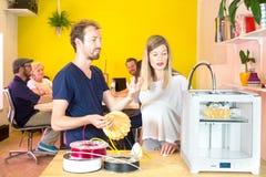 3D Ontwerpers die over Product bespreken stock fotografie