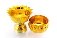 D'oro articoli tailandesi tradizionali su fondo bianco isolato Immagine Stock
