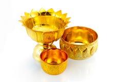 D'oro articoli tailandesi tradizionali su fondo bianco isolato Fotografia Stock