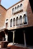 D'Oro interno del patio Ca, Venecia, Italia Imagen de archivo libre de regalías
