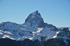 D'Ossauen för pic du Midi i de franska Pyreneesna Arkivbild