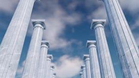 3D oude kolommencolonnade tegen bewolkte hemel stock footage