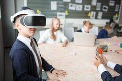 3D på en pojke som erfar livliga sinnesrörelser Royaltyfri Fotografi