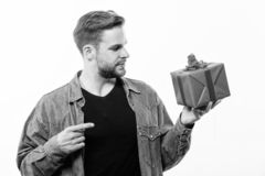 D?a perfecto Saludo rom?ntico San Esteban Hombre macho hermoso Fecha del amor hombre sin afeitar con la actual caja Rose roja imágenes de archivo libres de regalías