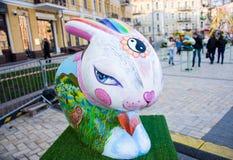 3D pintou a figura colorida da arte do coelhinho da Páscoa com forma oriental dos olhos com sinal de Yin-Yang em sua testa Arte b Fotografia de Stock