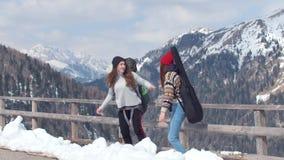 D?placement de touristes de deux jeunes femmes en dolomites avec le grands sac ? dos et guitare Position sur le bord de la route  banque de vidéos
