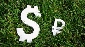 3d pojęcia dolarowej wymiany spadać stopień wzrostu Rosyjski rubel i dolarowy znak na trawie Zdjęcie Royalty Free