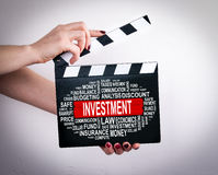 3 d pojęcia pojedynczy utylizacji inwestycji Kobieta wręcza mienie filmu clapper Fotografia Royalty Free