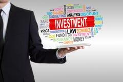 3 d pojęcia pojedynczy utylizacji inwestycji Mężczyzna trzyma pastylkę komputerowa Obrazy Stock