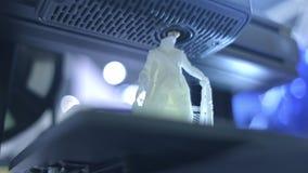 3D printer die dicht uitwerken De automatische driedimensionele 3d printer voert plastiek uit Moderne 3D printer druk stock footage