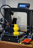 3D printer die geel cijferclose-up drukken Stock Fotografie