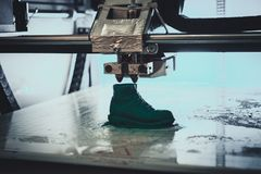 3D printer drukt de vorm van gesmolten plastic groen Royalty-vrije Stock Foto's