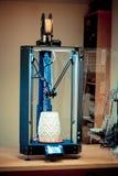 3d printer en voorwerp op het wordt gedrukt die Royalty-vrije Stock Afbeeldingen