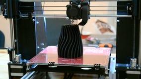 3d printer in het werk en drukken de vorm van gesmolten plastic close-up stock video