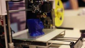 3D printer maakt een beeld van een persoons` s hoofd Moderne robotachtige technologieën Kunstmatige intelligentie Cybernetische s stock videobeelden