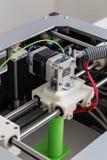 3d printer met heldergroene gloeidraad Stock Afbeelding